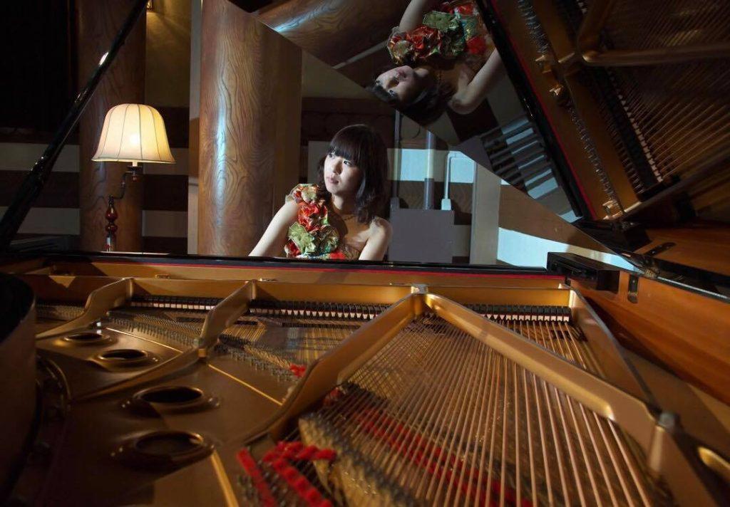 グランドピアノを演奏する山地真美さん