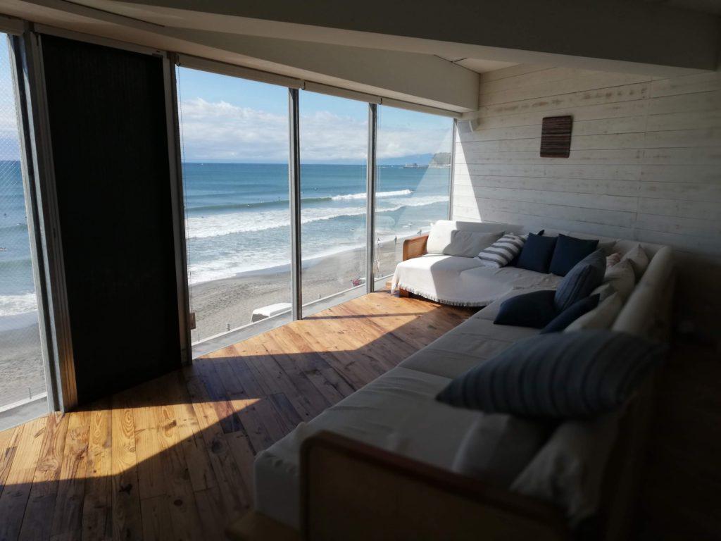 ワーケーションプラスの大きな窓とソファ